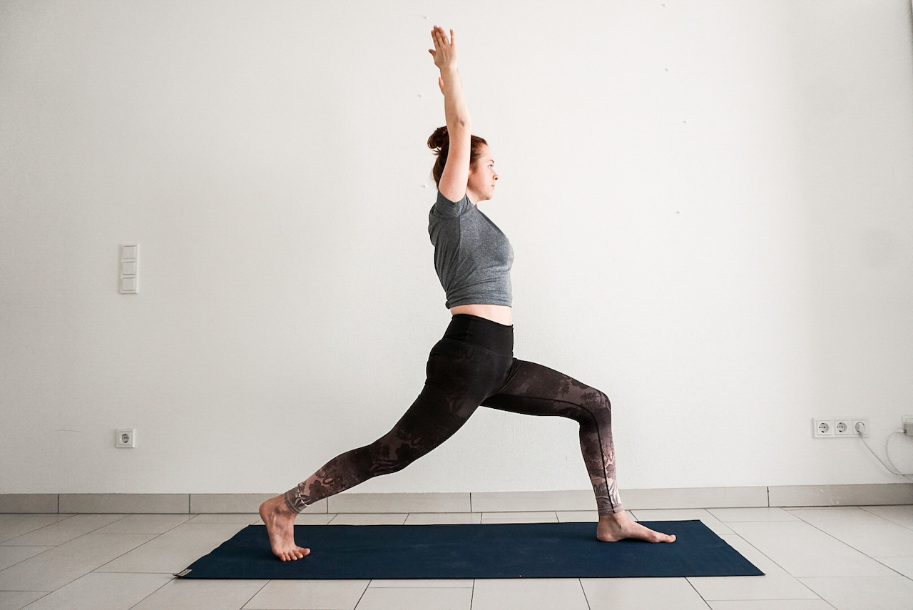 yoga poses for beginners - high lunge