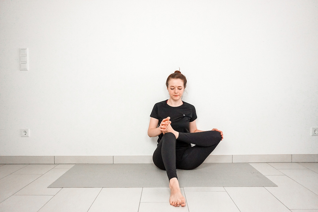 figure four stretch with the wall for beginners
