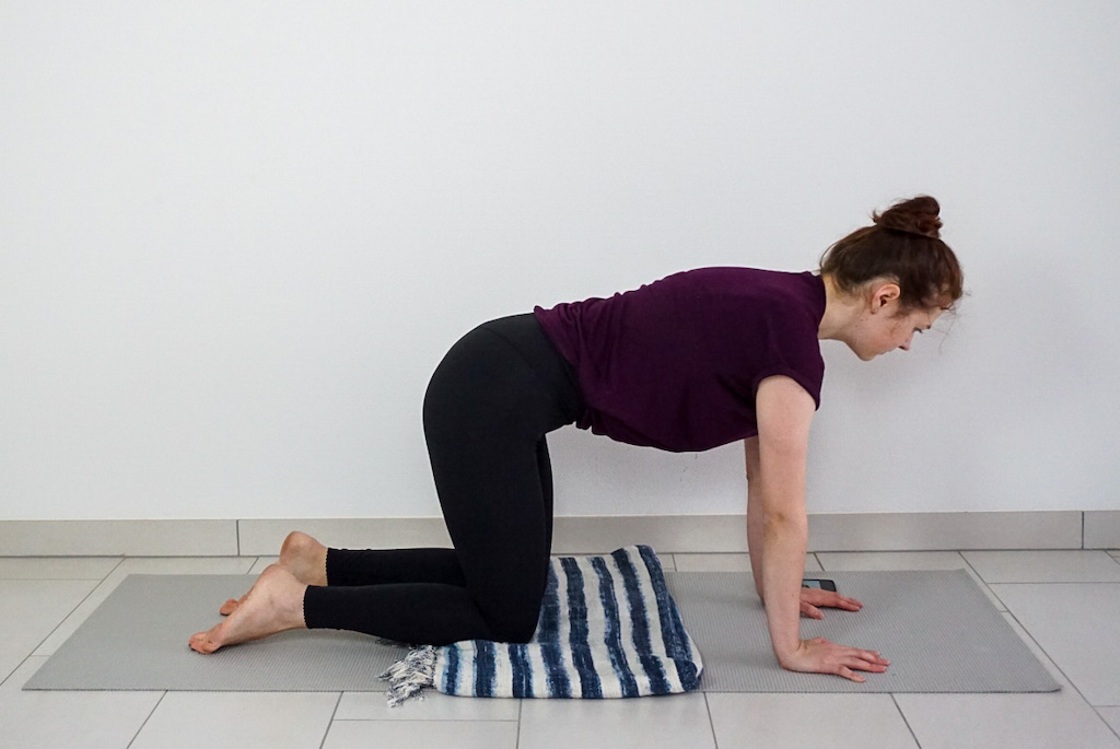 yoga blanket to support knees in table top position